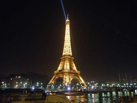 torre eiffel illuminata natale la seconda volta a parigi io amo i viaggi