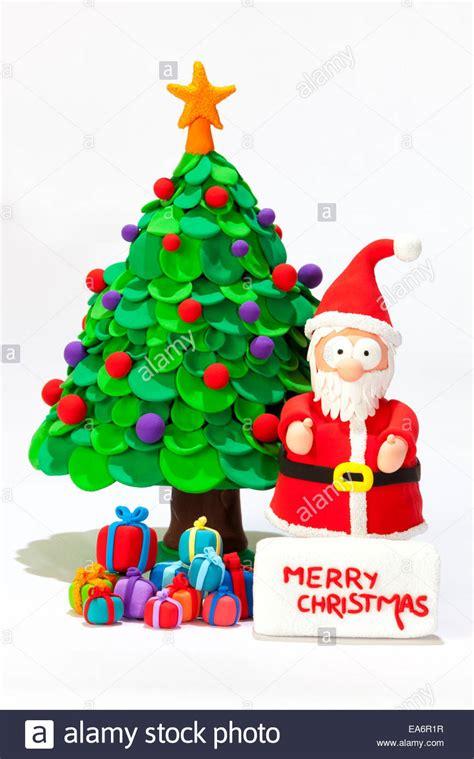 arboles de naviadad con santa clous santa claus a mano con plastilina deseando feliz navidad con un 225 rbol de navidad y regalos foto