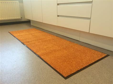 tapis devant 騅ier cuisine gallery of tapis pour la cuisine wash u clean orange xcm