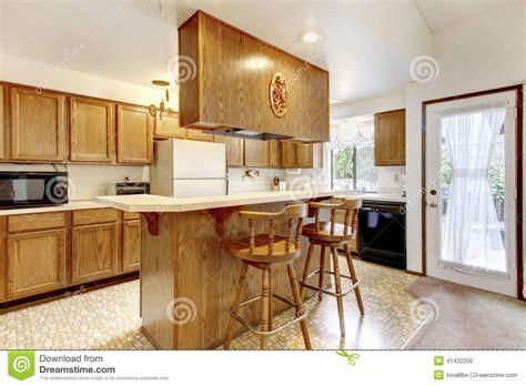 gli sgabelli stanza luminosa della cucina con gli sgabelli da bar