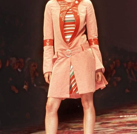 Tongtempat Sah Mobil Chanel Fanta supermodel elson spaziert vom laufsteg auf die