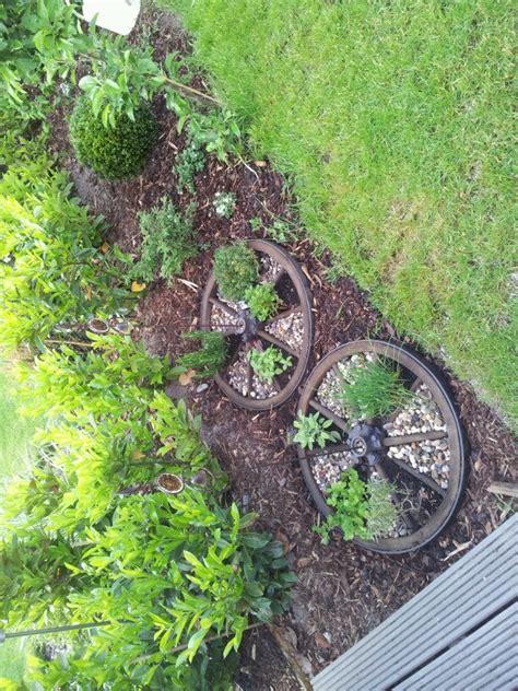 Gartendeko Wagenrad by Altes Wagenrad Als Kr 228 Uterbeet Diy Shabby