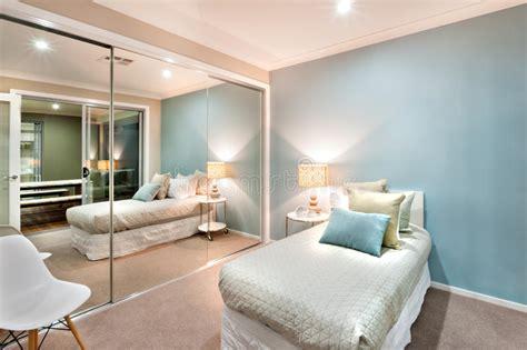 foto eenpersoonsbed kleine slaapkamer met hoofdkussens op gedraaid