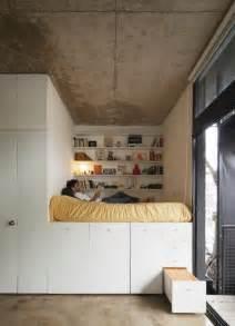 agréable Rangement Pas Cher Pour Chambre #1: 1-joli-lit-adulte-pas-cher-avec-tiroirs-lit-ikea-avec-rangement-de-tiroirs-plafond-et-sol-en-béton.jpg