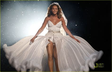 Beyonce Wedding Gown by Beyonce S Wedding Dress For Sale For 30 000