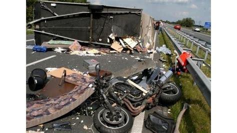 Motorrad Mit Wohnwagen Transportieren by Verkehr Gegen Wohnwagen Geprallt Motorradfahrer Schwer