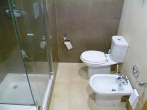 salle de bain avec bidet et baignoire photo