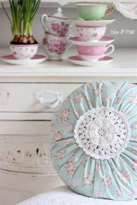 cuscini stile shabby cuscini shabby con applicazioni di fiori all uncinetto