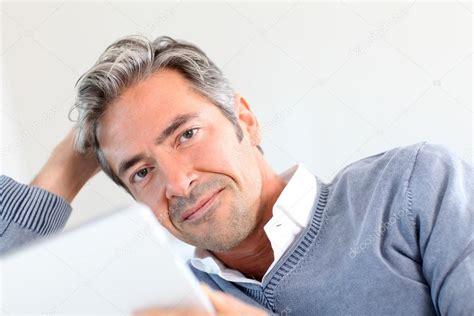 imagenes de hombres interesantes hombre de 40 a 241 os de edad en su casa usando tableta