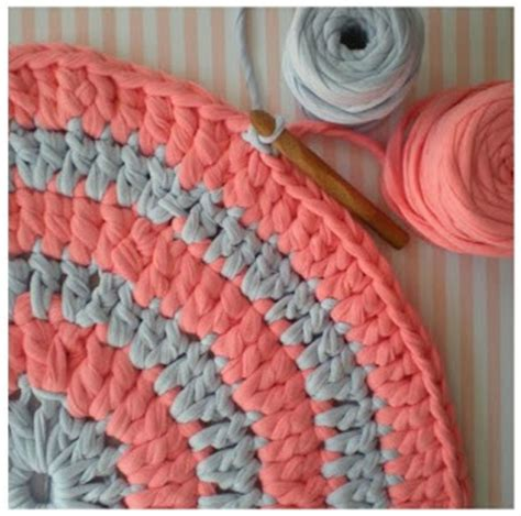 Diy T Shirt Crochet Rug by How To Crochet A Tshirt Rug Rugs Ideas
