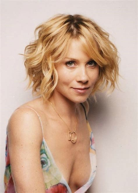 Hair Style For Curly Hair High Forehead | christina applegate short wavy hair women hairstyles