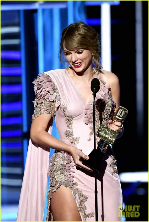 taylor swift engaged 2018 taylor swift wins twice at bbmas 2018 during her awards