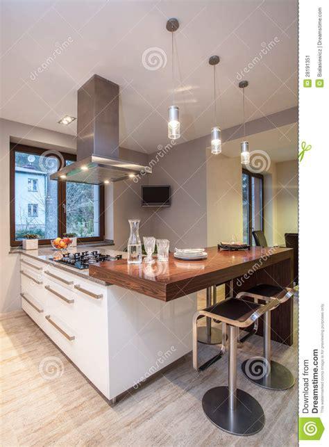 maison de travertin cuisine avec la tv image stock