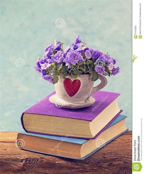 libri fiori libri e fiori fotografia stock immagine 61413562