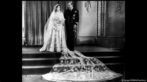 hochzeitskleid queen elizabeth queen elizabeth s legendary wardrobe all media content