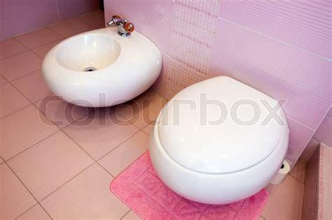 wc bidet in einem wc und bidet in einem sch 246 nen rosa badezimmer stockfoto