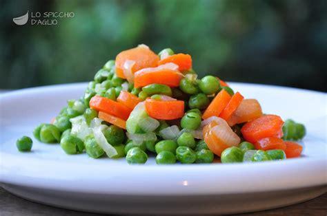cucinare carote in padella ricetta piselli carote e cipollotti in padella le