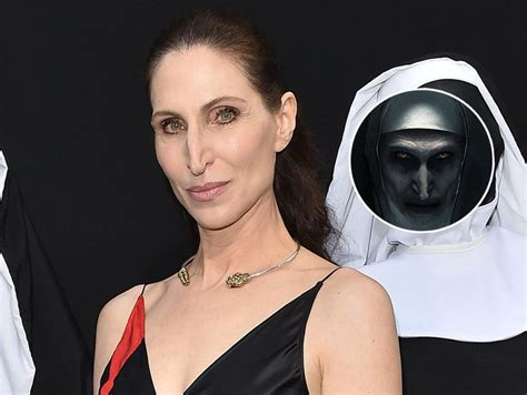 the nun cast actress the nun star bonnie aarons wants anne hathaway to direct