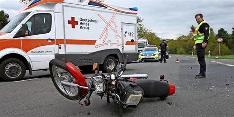Motorradfahren Zusammen by Motorradfahrer St 246 223 T Mit Lkw Zusammen