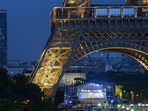 images paris eiffel tower evacuated by police after man brandishing