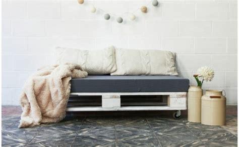 sofa für draußen zaun idee paletten