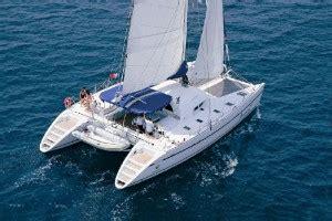en catamaran definition aparece un catamar 225 n a la deriva en un playa de roses