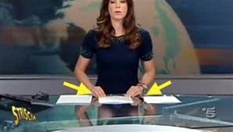 gambe aperte sotto il tavolo foto striscia la notizia smaschera le giornaliste tg5