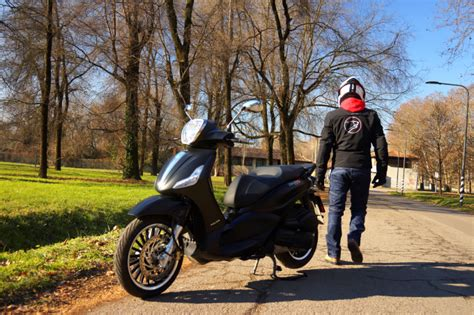Beverly Cop 02 Size M piaggio beverly 300 media cilindrata di stile prova su strada
