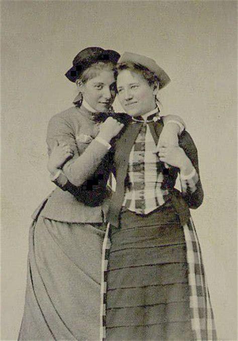 lesbiche in giardino 15 fotografie raccontano la vita segreta delle lesbiche in