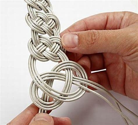 como hacer brazaletes de cuero c 243 mo hacer una elegante pulsera de cuero trenzado