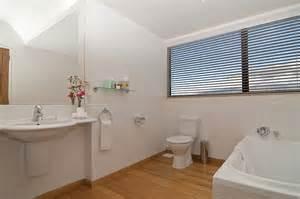 fenstergestaltung wohnzimmer fenstergestaltung im bad einige reizvolle vorschl 228 ge