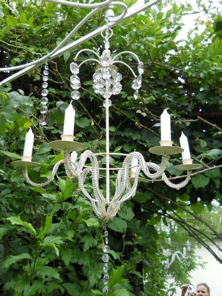 kronleuchter im garten geben ein romantisches bild foto - Kronleuchter Im Garten