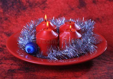 immagini candele natale decorazioni quattro candele e decorazioni di natale fotografia stock