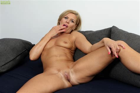 Horny cougar Carrie masturbates Her Older Pussy cougar Porn Pics