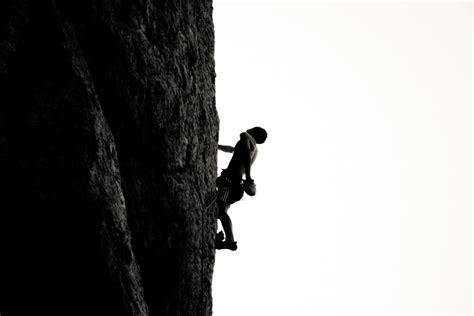 imagenes de hombres a blanco y negro imagen de hombre escalando foto gratis