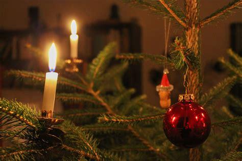 file weihnachtsbaum mit kugel und kerzen 2013 jpg