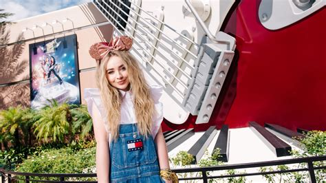 sabrina carpenter shows how to stay cool in walt disney world