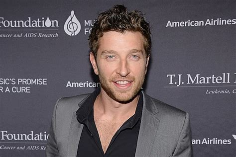 brett eldredge fan roundup brett eldredge invites fan onstage maggie