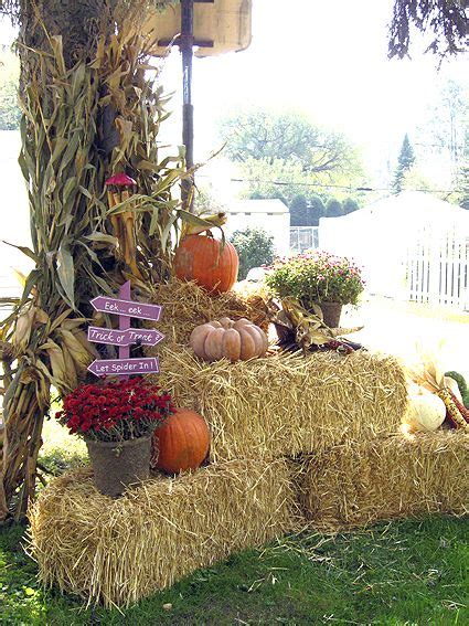 fall hay bale decorating ideas straw bales with mums fall decor straws