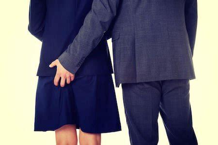 palpare sedere una mano sul sedere 232 violenza sessuale
