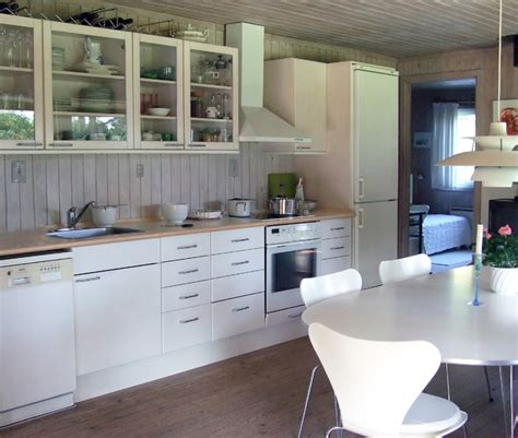White Appliance Kitchen | deciding between black white or stainless steel kitchen