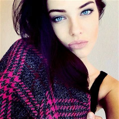 beautiful blue eyes brunette girl selfie голубые глаза брюнеты девушка макияж картинка