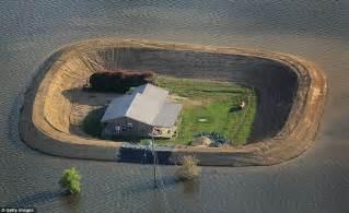 mississippi river flooding residents build homemade dams
