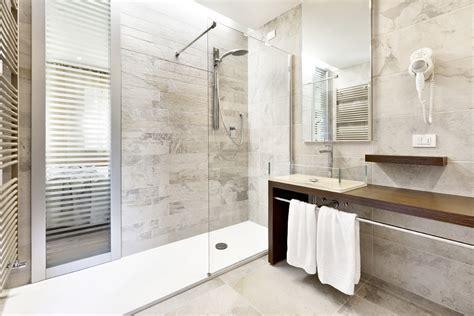 appendi accappatoio da doccia bagno d hotel o iconografia relax