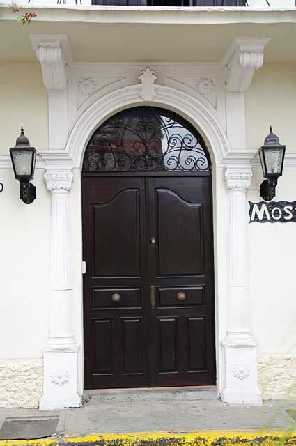 What Is A Colonial House Photo Example Of A Beautifully Old Colonial Renovated Door
