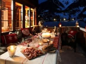 Bien Meubles De Terrasse Design #3: terrasse-montagnes-table-richement-d%C3%A9cor%C3%A9e-th%C3%A8me-no%C3%ABl.jpeg