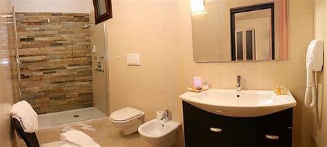 progettare bagno piccolo bagno piccolo con vasca e doccia idee per il bagno via la
