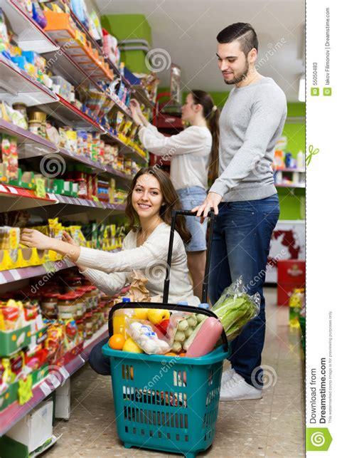lebensmittel kaufen kunden die lebensmittel im supermarkt kaufen stockbild