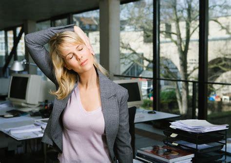 esercizi alla scrivania per collo e spalle seduti alla scrivania per