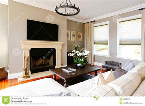 salon de luxe lumineux avec la chemin 233 e et la tv photo